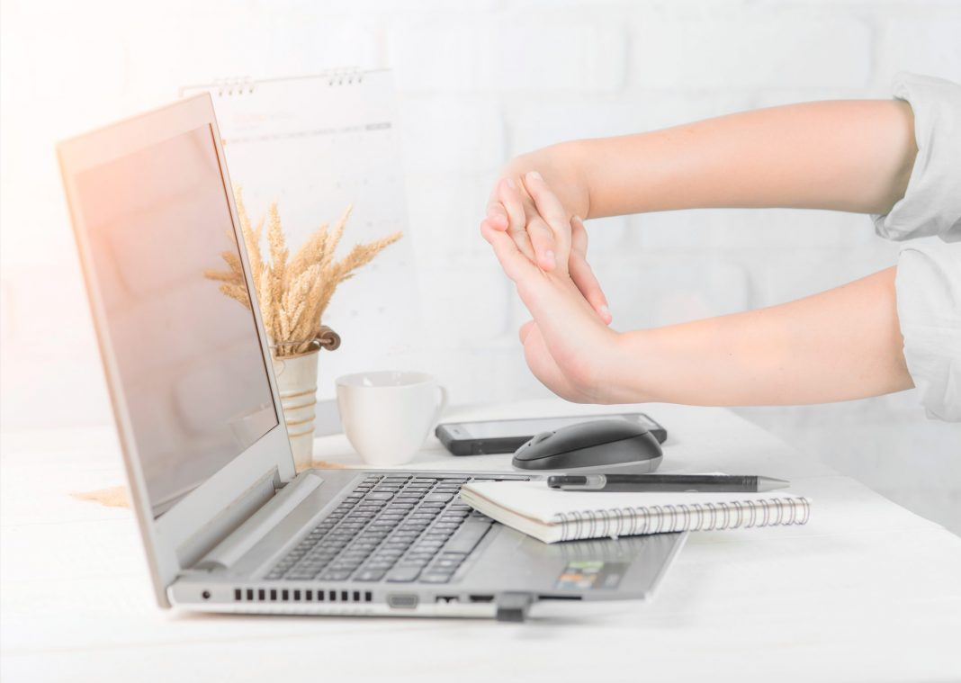 hand-pain-carpal-tunnel-computer-wrist-stretches-organicnewsroom